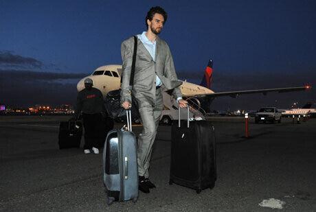 Pau Gasol, a su llegada al aeropuerto de LA tras caer en Dallas./Getty