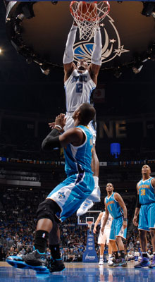Mate de Dwight Howard ante Chris Paul./Getty