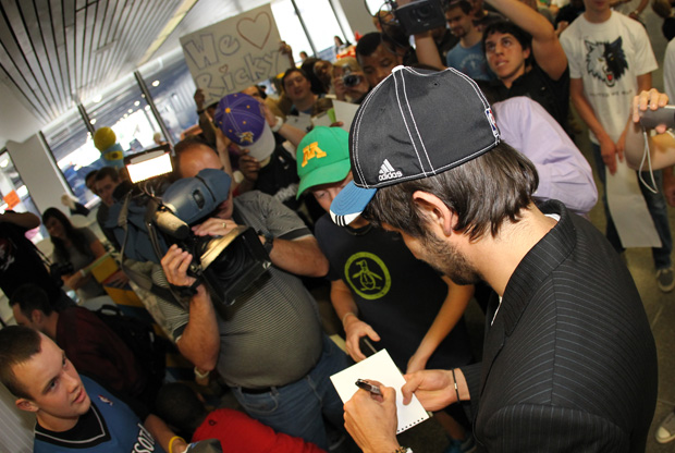 Ricky Rubio (Minnesota Timberwolves) firmando autógrafos a su llegada al aeropuerto de Minnesota./ Getty Images