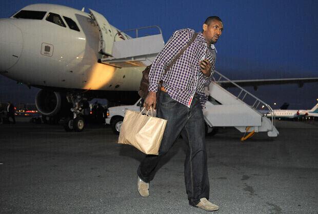 Ron Artest, a su regreso en avión de uno de los desplazamientos con los Lakers./Getty