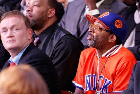 Spike Lee, sentando en la grada del Pridential Center siguiendo el Draft 2011./Getty