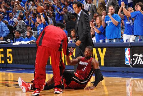 Wade se levanta tras el triple errado por su compañero Miller./Getty