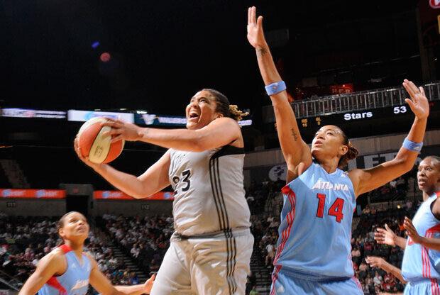 Danielle Adams, de San Antonio Silver Stars, tira delante de Erika de Souza./Getty