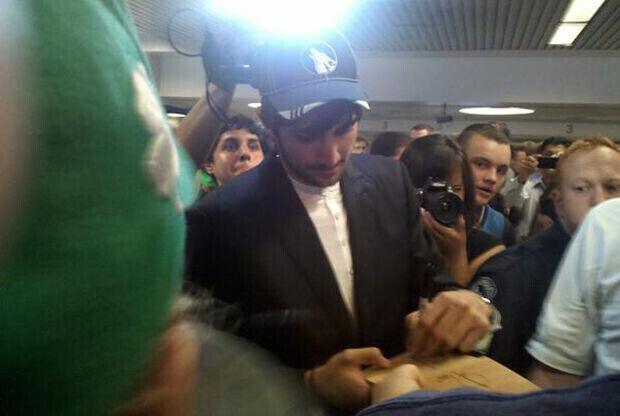 Ricky Rubio firma sus primeros autógrafos a los aficionados de los Timberwolves