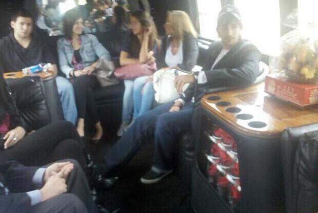 Ricky Rubio se desplaza en una limusina junto a su familia y miembros de la directiva de los Timberwolves para ser presentado en las instalaciones de la franquicia