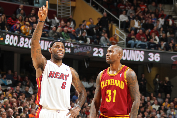 LeBron James (Miami Heat) y Jawad Williams (Cleveland Cavaliers)./ Getty Images