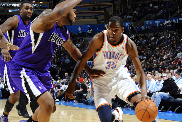 Kevin Durant (Oklahoma City Thunder) frente a DeMarcus Cousins (Sacramento Kings)./ Getty Images