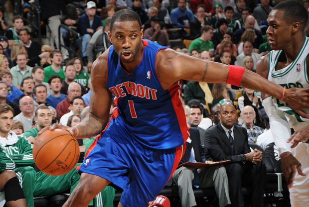 Tracy McGrady (Detroit Pistons) frente a Rajon Rondo (Boston Celtics)./ Getty Images