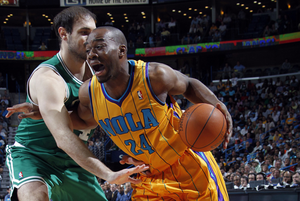 Carl Landry (New Orleans Hornets) y Nenad Krstic (Boston Celtics)./ Getty Images