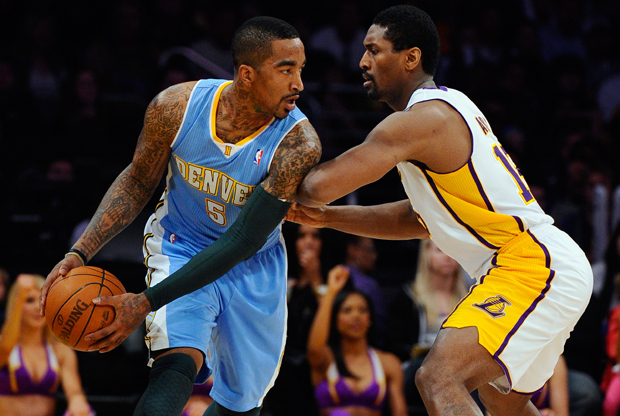Ron Artest (Los Angeles Lakers) frente a JR Smith (Denver Nuggets)./ Getty Images