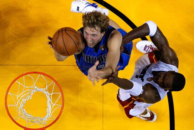 Dirk Nowitzki (Dallas Mavericks) frente a Chris Bosh (Miami Heat)./ Getty Images