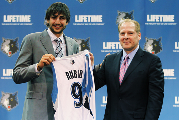 Ricky Rubio (Minnesota Timberwolves) junto a David Kahn./ Getty Images
