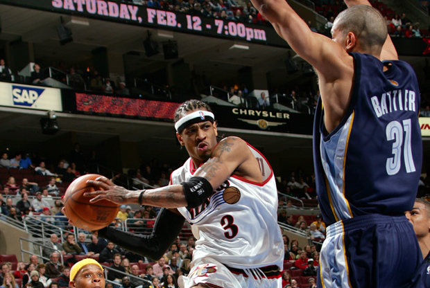 Allen Iverson (Philadelphia 76ers) frente a Shane Battier (Memphis Grizzlies)./ Getty Images