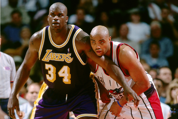 Shaquille O'Neal (Los Angeles Lakers) y Charles Barkley (Houston Rockets)./ Getty Images