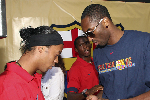 Ronaldinho, durante su etapa en el F.C. Barcelona, junto a Kobe Bryant (Los Angeles Lakers)./ Getty Images