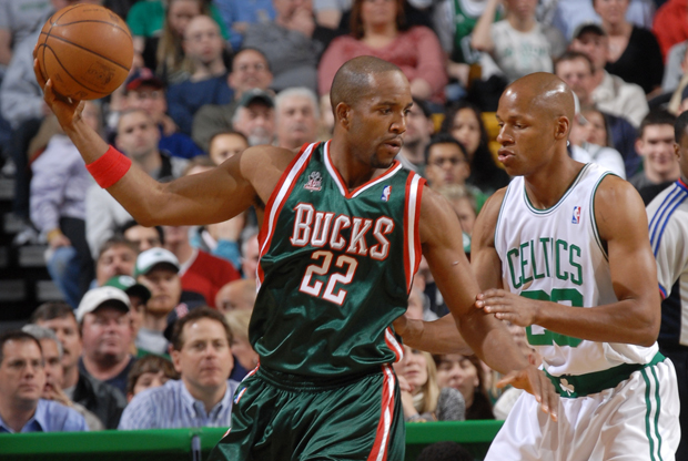 Michael Redd (Milwaukee Bucks) frente a Ray Allen (Boston Celtics)./ Getty Images