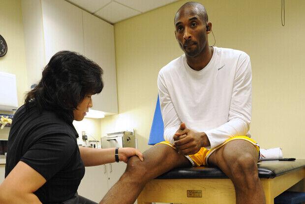 Kobe Bryant (Los Angeles Lakers) recibe tratamiento en su rodilla./ Getty Images