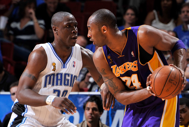 Mickael Pietrus (Orlando Magic) y Kobe Bryant (Los Angeles Lakers)./ Getty Images