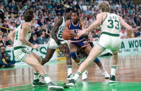 Darrell Walker (New York Knicks) frente a Danny Ainge y Larry Bird (Boston Celtics)./ Getty Images