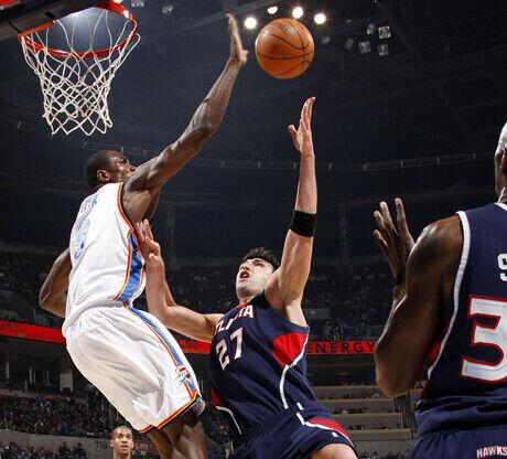Serge Ibaka (Oklahoma City Thunder) tapona a Zaza Pachulia (Atlanta Hawks)./ Getty Images