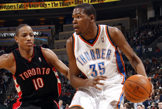Kevin Durant (Oklahoma City Thunder) frente a DeMar DeRozan (Toronto Raptors)./ Getty Images