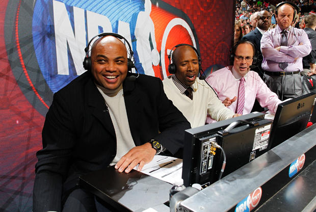 Charles Barkley, Kennie Smith y Ernie Johnson, analistas de TNT./ Getty Images