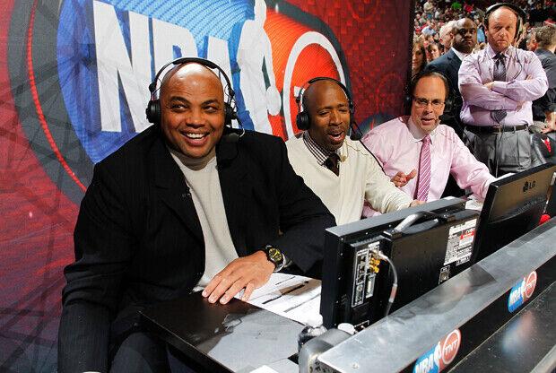 Charles Barkley, Kennie Smith y Ernie Johnson, analistas de TNT./ Getty Images