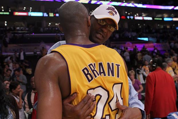 Joe Bryant abraza a su hijo Kobe Bryant (Los Angeles Lakers)./ Getty Images