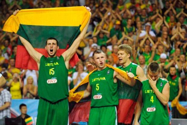Jonas Valanciunas, con la bandera de su país tras proclamarse Lituania campeona del mundo./FIBA.com