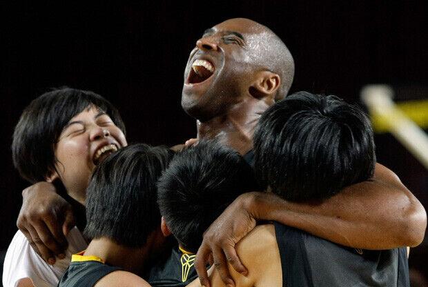 Kobe Bryant, con los jóvenes participantes en su campus de Corea del Sur./Getty