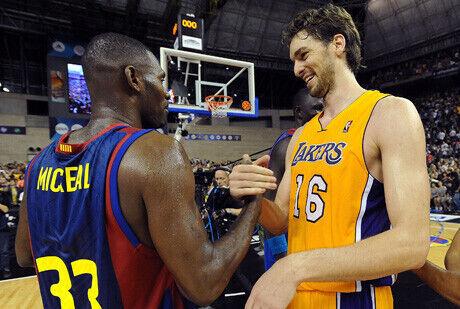 Pete Mickeal y Pau Gasol se saludan en el partido FC Barcelona-Lakers de octubre de 2010./Getty