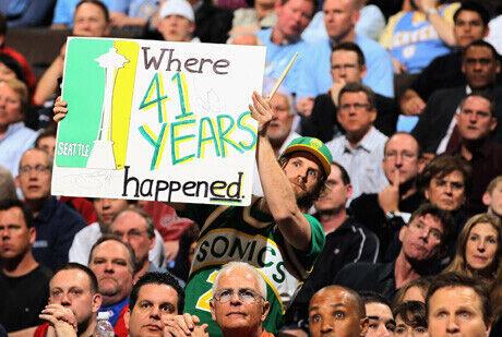 Un aficionado de los Sonics despliega un cartel con un mensaje en un partido de esta temporada entre Deven y Oklahoma./Getty
