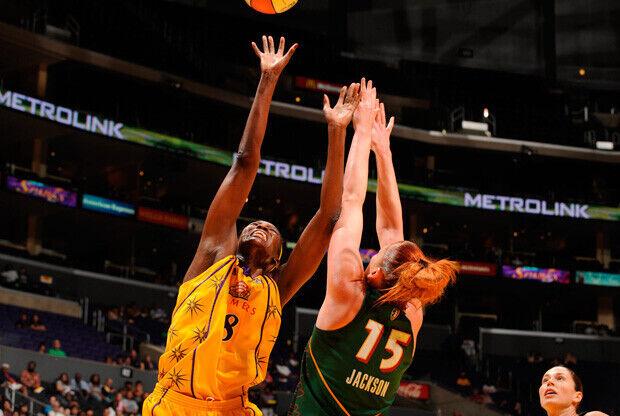 Lauren Jackson (Seattle Storm) defiende a DeLisha Milton-Jones (LA Sparks) en un partido de la pasada temporada./Getty