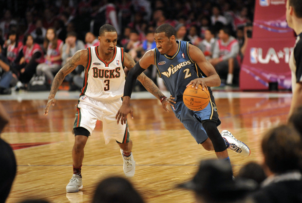 John Wall (Washington Wizards) frente a Brandon Jennings (Milwaukee Bucks)./ Getty Images