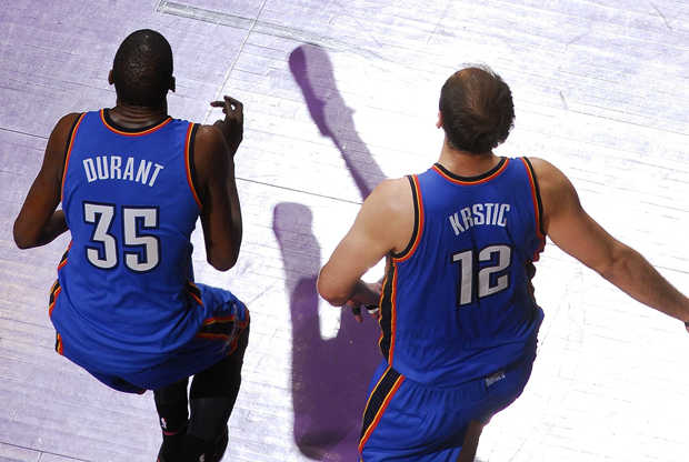 Kevin Durant #35 y Nenad Krstic #12 de Oklahoma City Thunder./ Getty Images