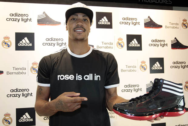 Derrick Rose posa con las Adidas Crazy Light