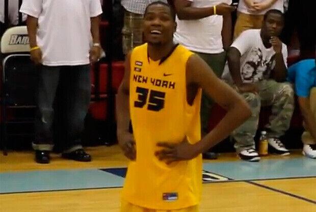 Durant, mirando a los aficionados situados en la grada del NY Pro-Am