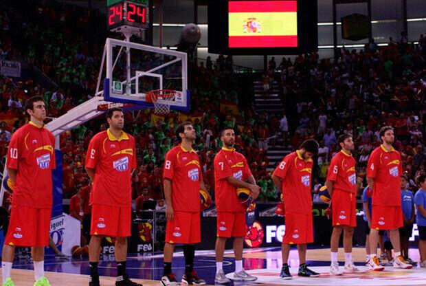 Los jugadores de España en la presentación antes del partido ante Lituania./Foto: FEB