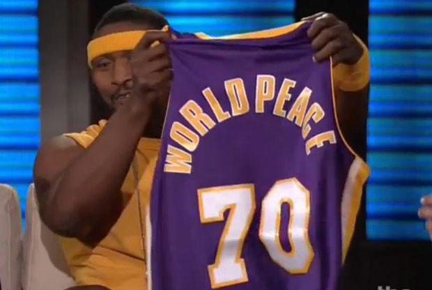 Ron Artest sujeta su nueva camiseta de 'World Peace' #70./ TBS