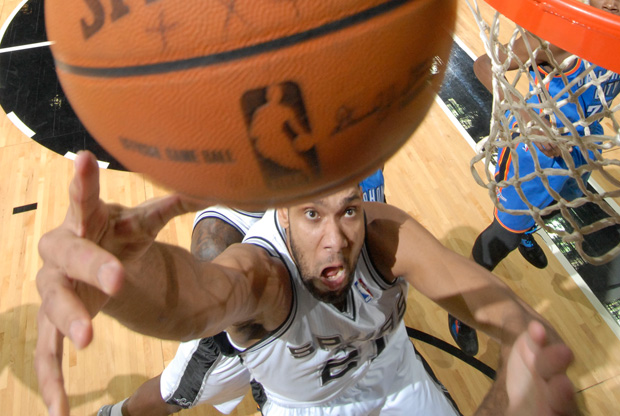 Tim Duncan bajo el aro./Getty