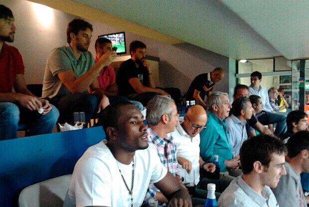 Los jugadores de la Selección, en un palco privado del Bernabéu./Foto: FEB