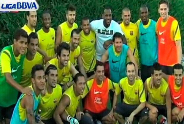 LeBron James con los miembros de la plantilla del FC Barcelona