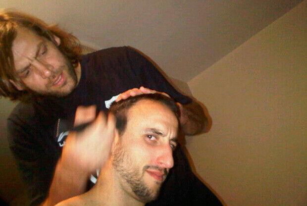 Oberto le corta el pelo a Ginóbili