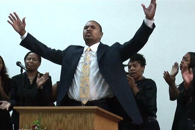 Mark Jackson durante una de sus misas