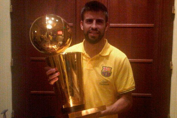 La foto que Piqué colgó en twitter con el trofeo de campeón de los Mavs