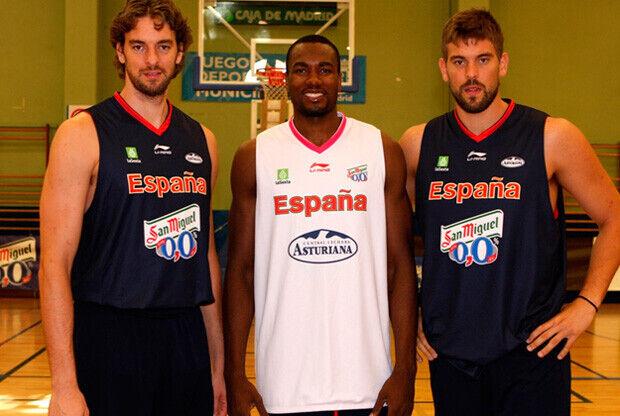 Pau, Serge y Marc, con la camiseta de entreno de la selección./Foto FEB