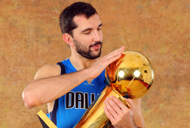 Peja Stojakovic, con el trofeo de campeón de la NBA./Getty