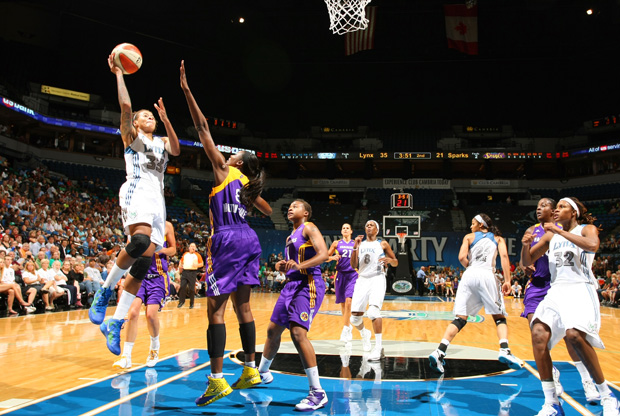 Seimone Augustus (Minnesota Lynx) supera a Delisha Milton-Jones./ Getty