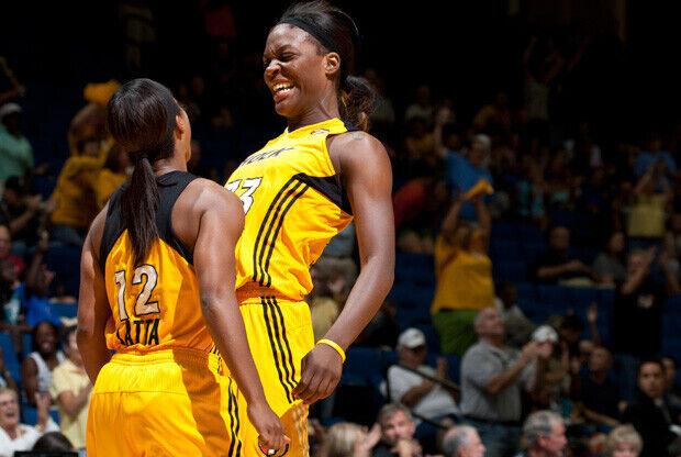 Ivory Latta y Tiffany Jackson celebrando una canasta de Tulsa./Getty