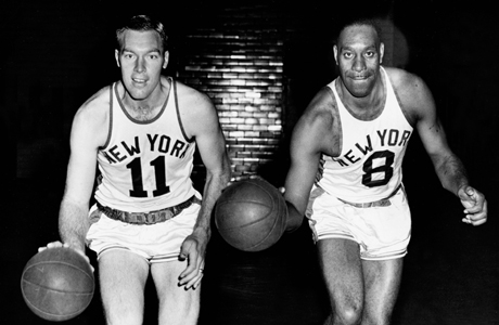 1950 - Harry Gallatin #11 y Nathaniel Clifton #8 (New York Knicks)./ Getty Images